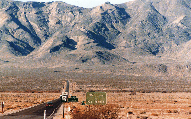 1024px-State_Line_2-welcome-to-california
