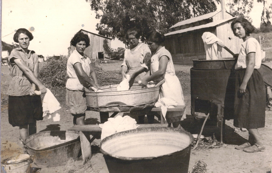 Beitrag_PikiWiki_Israel_13764_workers_at_Kibbutz_Givat_Hashlosha_The Oded Yarkoni Historical Archives of Petah Tikv via the PikiWiki - Israel free image collection project